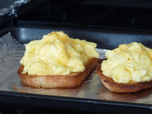 baked cheesy eggs on toast 012